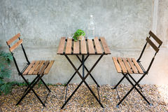 Tabela e cadeira ao ar livre Fotografia de Stock Royalty Free