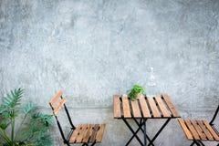 Tabela e cadeira ao ar livre Imagens de Stock