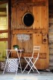 Tabela e cadeira brancas com planta verde Fotos de Stock