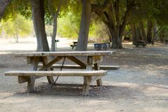 Tabela e cadeira com a grade do carvão vegetal no parque fotografia de stock royalty free