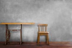 Tabela e cadeira da máquina de costura no interior vazio da sala Fotos de Stock