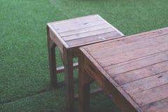 Tabela e cadeira de madeira em exterior Imagens de Stock Royalty Free