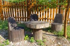 Tabela e cadeira de troncos de árvore Fotos de Stock Royalty Free