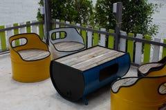 Tabela e cadeira feitas do tanque de óleo fotos de stock