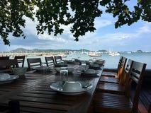 Tabela e cadeira na opinião do mar do restaurante fotografia de stock royalty free