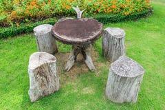 Tabela e cadeira no jardim Imagem de Stock Royalty Free