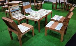 Tabela e cadeira pasteis de madeira Imagens de Stock