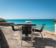 Tabela e cadeiras ajustadas para a vista para o mar Fotografia de Stock Royalty Free