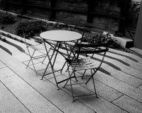 Tabela e cadeiras ao ar livre Imagens de Stock