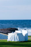 Tabela e cadeiras brancas pelo beira-mar Foto de Stock Royalty Free