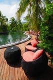 Tabela e cadeiras com vista na piscina Fotografia de Stock
