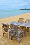 Tabela e cadeiras de bambu na praia da areia Fotografia de Stock Royalty Free