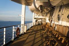 Tabela e cadeiras de jantar com opinião de oceano Foto de Stock Royalty Free