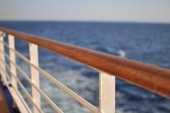 Tabela e cadeiras de jantar com opinião de oceano foto de stock