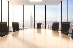Tabela e cadeiras de madeira da conferência em um escritório com um cityview Fotos de Stock Royalty Free