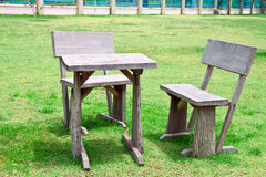 Tabela e cadeiras de madeira velhas Foto de Stock