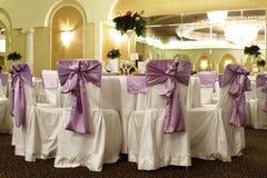 Tabela e cadeiras do casamento em um salão de baile do banquete Fotos de Stock Royalty Free