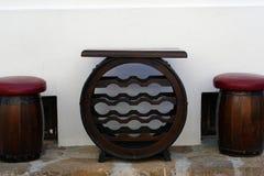 Tabela e cadeiras do tambor de vinho foto de stock