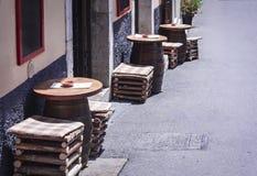 Tabela e cadeiras em um café exterior em Siracusa Siracusa Sicília fotos de stock