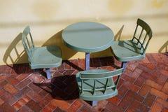 Tabela e cadeiras exteriores plásticas do café Imagens de Stock