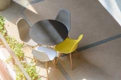 Tabela e cadeiras modernas Imagem de Stock Royalty Free
