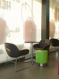 Tabela e cadeiras modernas do café Imagens de Stock Royalty Free