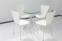 Tabela e cadeiras modernas na entrada Fotos de Stock