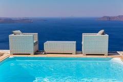 Tabela e cadeiras na frente marítima Fotografia de Stock