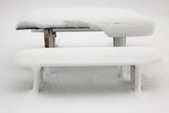 Tabela e cadeiras na neve Imagem de Stock