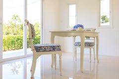 Tabela e cadeiras na sala de visitas Foto de Stock Royalty Free