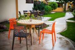 Tabela e cadeiras no jardim Fotos de Stock Royalty Free