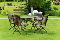 Tabela e cadeiras no jardim Imagem de Stock Royalty Free