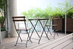 Tabela e cadeiras no jardim exterior Fotografia de Stock Royalty Free
