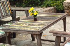 Tabela e cadeiras no jardim, o estilo velho do vintage. Imagem de Stock