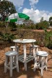 Tabela e cadeiras para beber do café Fotos de Stock Royalty Free