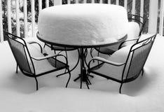 Tabela e cadeiras profundas do jardim das tampas de neve Imagem de Stock Royalty Free