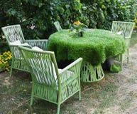 Tabela e cadeiras que estão em um gramado Fotos de Stock Royalty Free