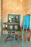 Tabela e cadeiras velhas coloridas imagem de stock