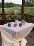 Tabela e copos da areia para uma cerimónia Imagem de Stock Royalty Free
