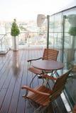 Tabela e duas cadeiras fáceis Foto de Stock