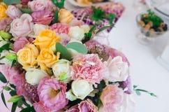 Tabela e floristics do casamento Fotografia de Stock Royalty Free