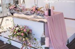 Tabela e floristics do casamento Fotografia de Stock