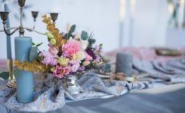 Tabela e floristics do casamento Imagens de Stock Royalty Free