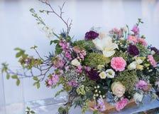 Tabela e floristics do casamento Imagens de Stock