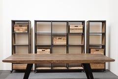 Tabela e prateleira de madeira na exposição em HOMI, mostra internacional da casa em Milão, Itália Fotos de Stock