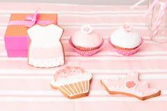 Tabela e presentes da sobremesa no partido das meninas Foto de Stock