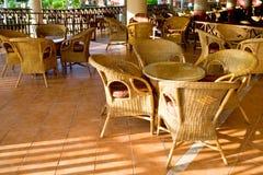 Tabela e quatro cadeiras no pátio fotografia de stock royalty free