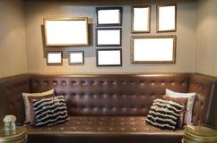 Tabela e Sofa Furniture Set clássicos do estilo do vintage em uma sala de visitas imagens de stock