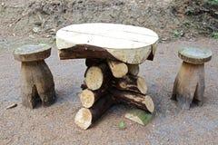 Tabela e tamboretes de madeira Foto de Stock