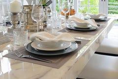Tabela elegante ajustada na sala de jantar do estilo do vintage Foto de Stock